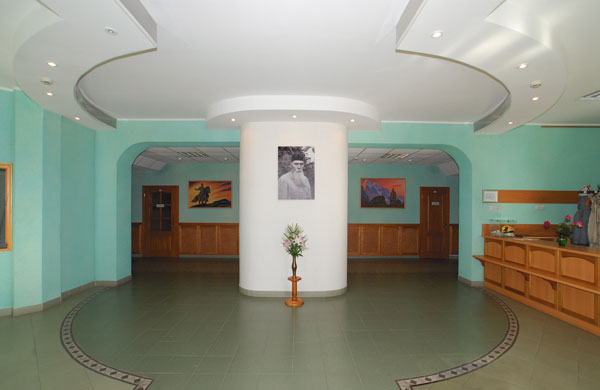 Портрет Н.К. Рериха в фойе Музея Николая Рериха в Новосибирске